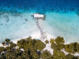 Traumstrand auf den Malediven mit Bungalow im Meer