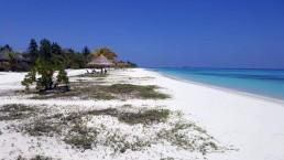 Feiner Sandstrand mit blauem Meer auf den Malediven